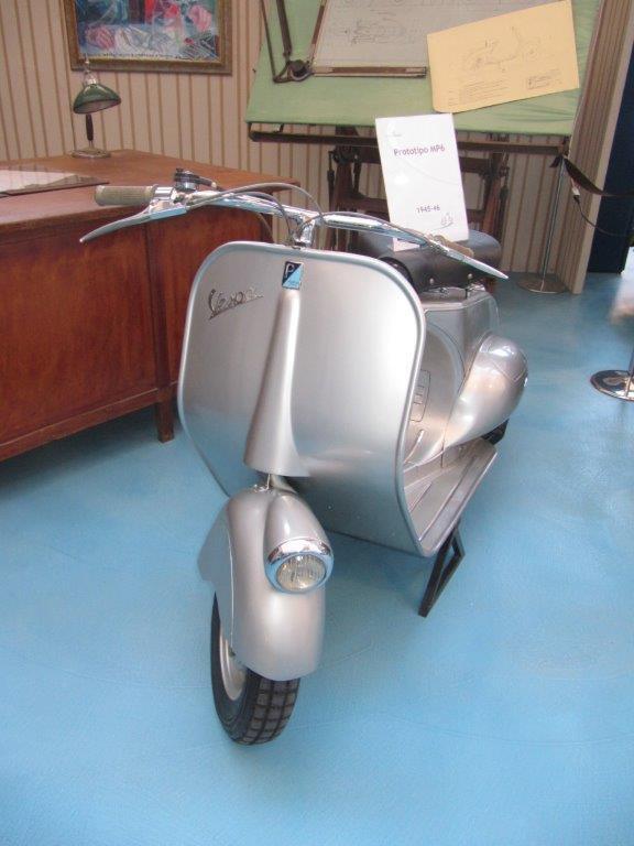 Jeden zpierwszych prototypów kultowej Vespy. Muzeum Piaggio wPontederze
